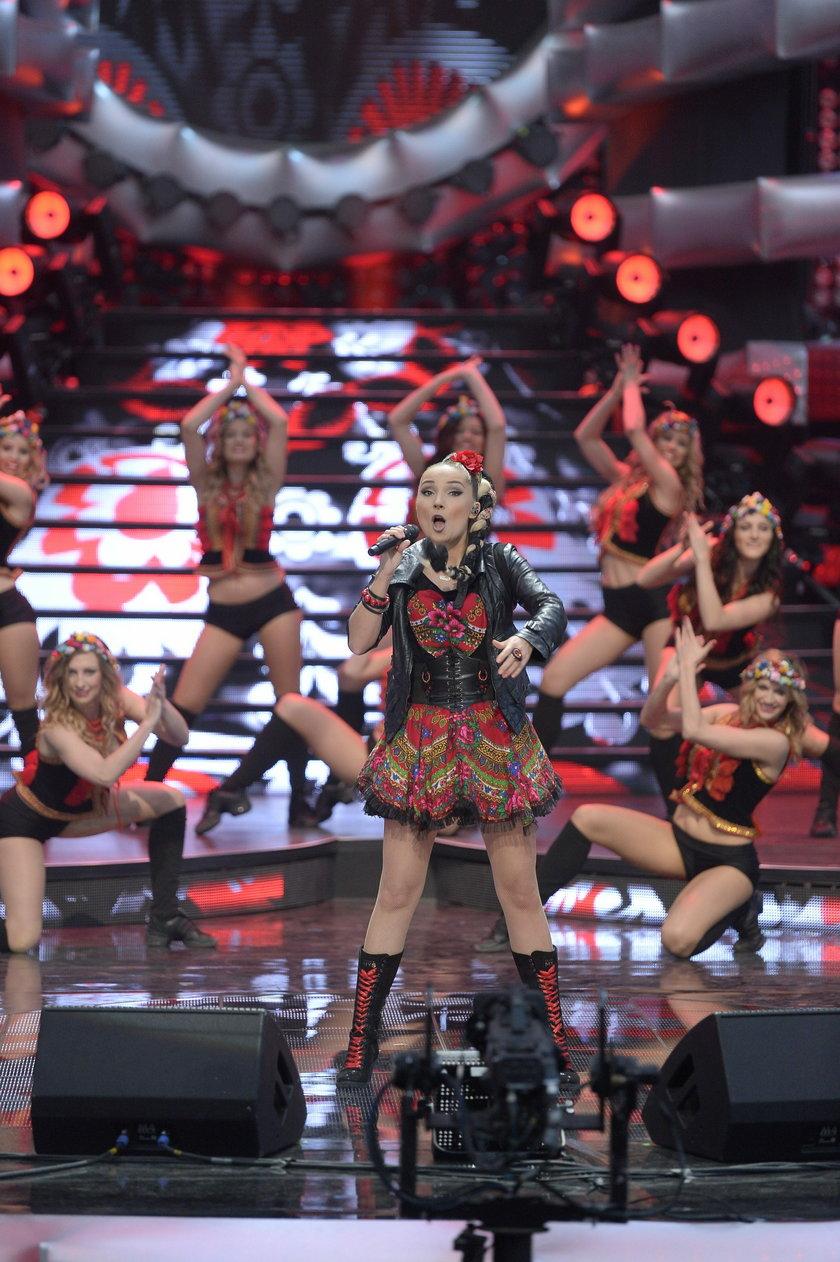 Cleo na scenie z tancerkami w maju 2014 roku