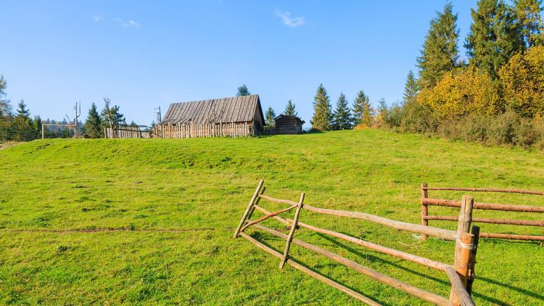 Gospodarstwo wiejskie z płotem