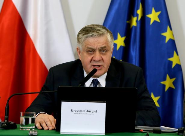 """Minister poinformował, że resort rolnictwa otrzymał w czerwcu pismo z KE """"wskazujące, że zdaniem Komisji, Polska nie powinna wstrzymywać sprzedaży państwowej ziemi"""
