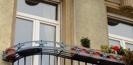 Półnagi wzywał pomocy na balkonie. Zamknął go 3-letni syn