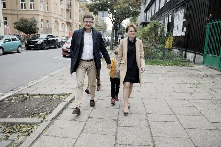 Mąż Jadwigi Emilewicz robi karierę dzięki żonie? Wicepremier odpiera zarzuty