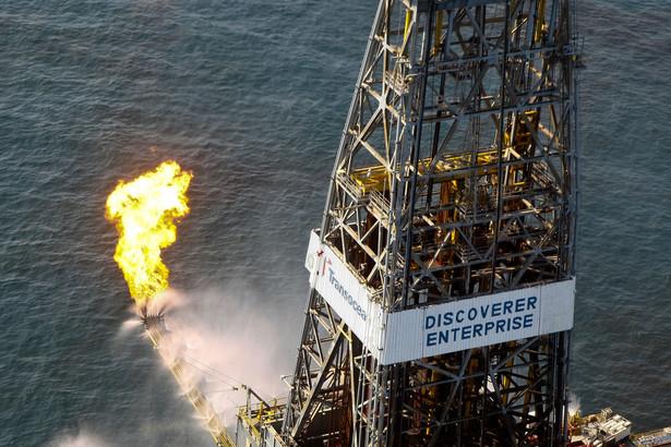 Statek wiertniczy Discoverer Enterprise, który wypala ropę z wycieku Deepwater Horizon. Fot. Bloomberg