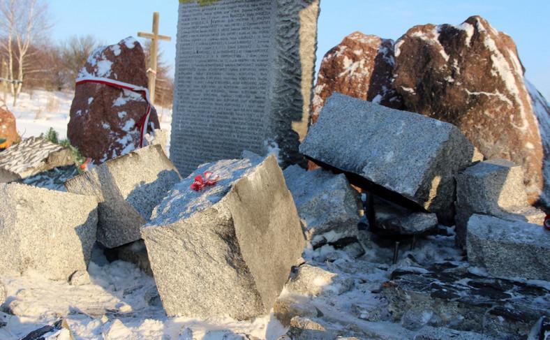 Zniszczony pomnik w Hucie Pieniackiej