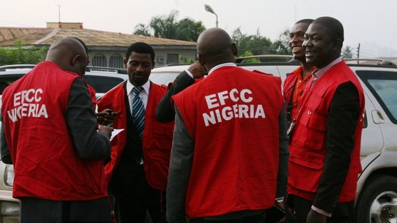 EFCC officials arresting suspected yahoo (Punch)