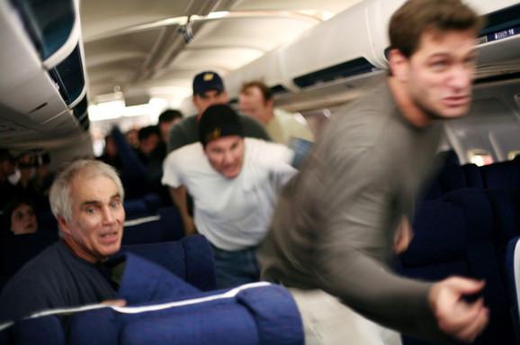 Putnici su odlučili da preuzmu stvari u svoje ruke (scena iz filma)