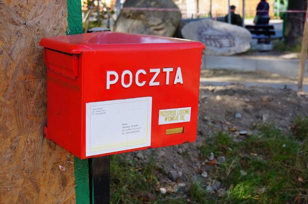 Na przesyłki dostarczane przez Pocztę Polską w 2014 r. czekaliśmy dłużej niż przed rokiem. Operator wyznaczony, czyli taki, który dostarcza korespondencję pięć dni w tygodniu i musi utrzymywać odpowiednią sieć placówek, ma problem z wywiązaniem się ze zobowiązań dotyczących terminowości dostarczania listów.