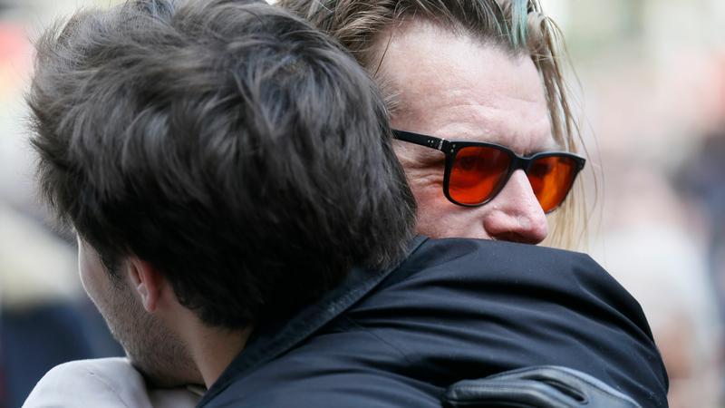 Jesse Hughes obejmuje przypadkowego mężczyznę na koncercie upamiętniającym ofiary ataku terrorystycznego na klub Bataclan