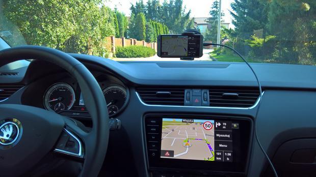 Poprzez MirrorLink najlepiej działa aplikacja nawigacyjna Sygic. Także w trakcie jazdy. Skoda Octavia