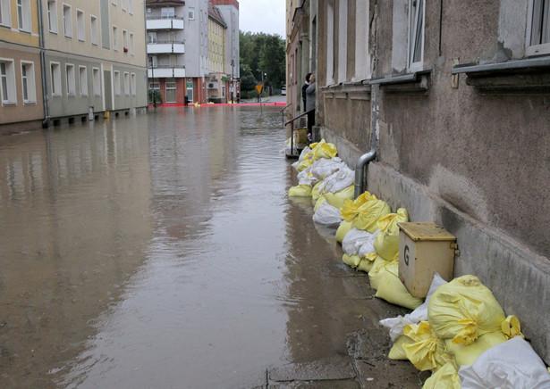 Od godziny 18 w Elblągu do zabezpieczania brzegów rzeki Kumieli, która wezbrała w skutek intensywnych opadów deszczu, zalewając część miasta, skierowano na wniosek wojewody 50 żołnierzy