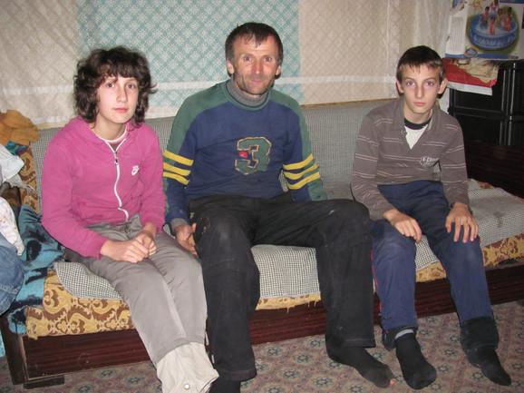 Dragana, Stefan i otac Slavoljub spavaju u jednom krevetu