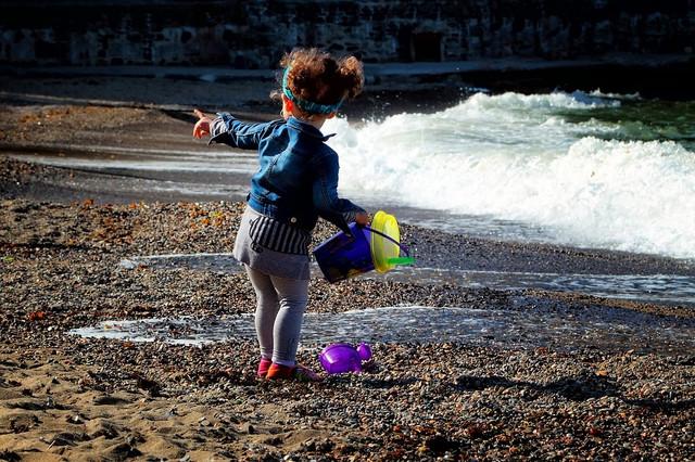 Dete koje se igra na plaži