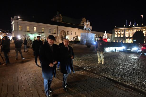 Politycy PiS przed Pałacem Prezydenckim