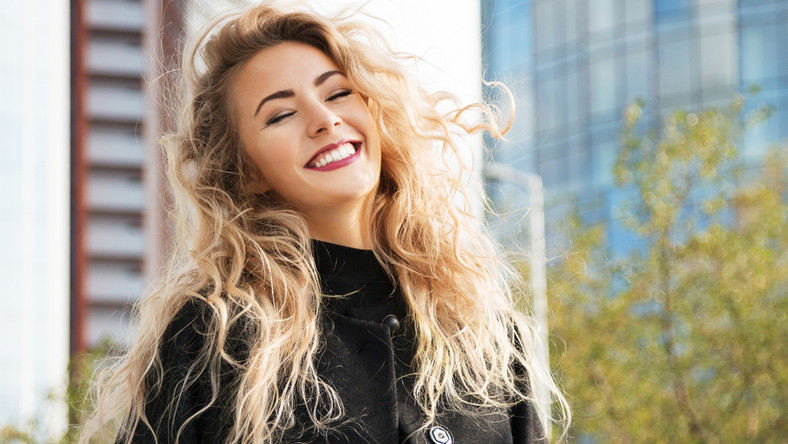 Uśmiechnięta kobieta na spacerze
