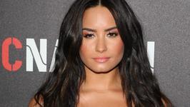 Demi Lovato kusi dekoltem na Instagramie. Niezła metamorfoza...
