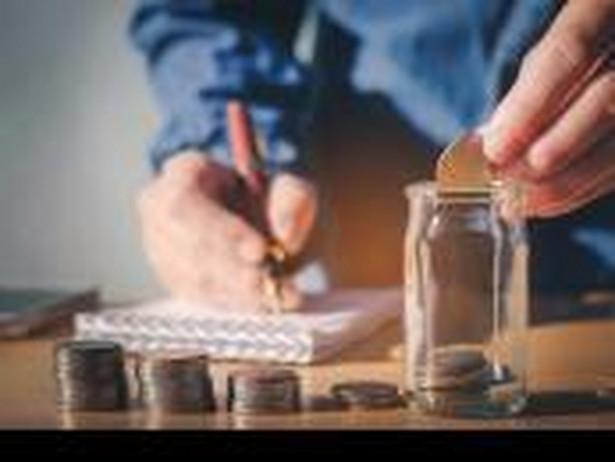 Pracownik zgromadzone oszczędności będzie mógł wypłacić w ratach. Po osiągnięciu wieku emerytalnego będzie mógł swobodnie korzystać z 25 proc. zaoszczędzonej kwoty. 75 proc. środków w PPK wypłacanych ma być w 120 ratach miesięcznych.