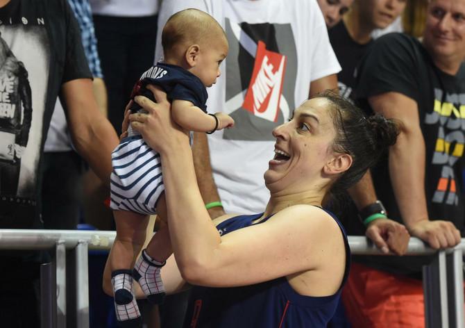 Mama Jelena Milovanović Bruk sa sinom Mateom Dejvidom posle pobede nad Belgijom pre 10 dana u Beogradu