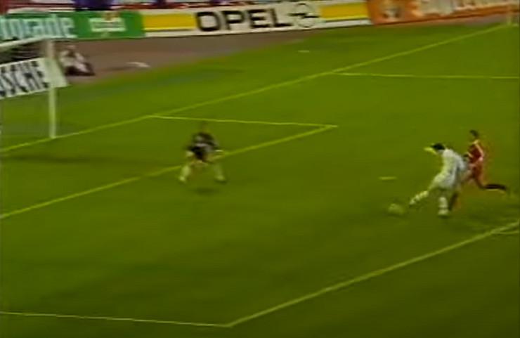 Trenutak pred gol Dejana Savićevića