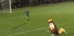 Piłkarz zaatakował maskotkę! Sędzia go wyrzucił!