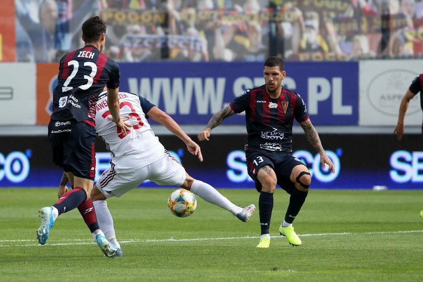 Chociaż gra na pozycji obrońcy, w ostatnim meczu przeciwko Wiśle Kraków strzelił zwycięską bramkę.