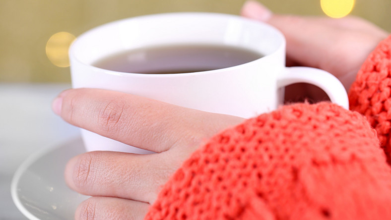 """Obecnie najbardziej popularna w Polsce jest czarna - uzyskiwana ze sfermentowanych liści krzewu herbacianego Camelia sinensis. Inne """"kolory"""" herbat zależą od tego, jak przetwarzane są liście bądź pączki Camelia sinensis. Chętnie sięgamy też po herbatę zielną, a zaraz po niej po czerwoną. Herbata żółta i biała są raczej mało znane. A szkoda. Każda herbata ma swoje właściwości prozdrowotne. Zobacz, jakie"""