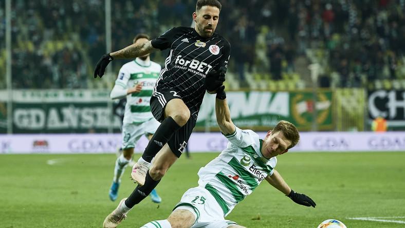Piłkarz Lechii Gdańsk Michał Nalepa (P) i Pirulo (L) z ŁKS Łódź podczas meczu Ekstraklasy