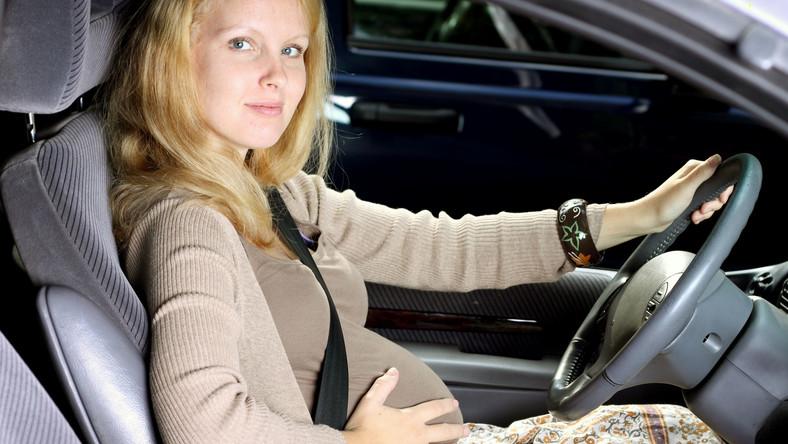 Kobieta w widocznej ciąży nie musi zapinać pasów, ale bezpieczniej jest, gdy to zrobi