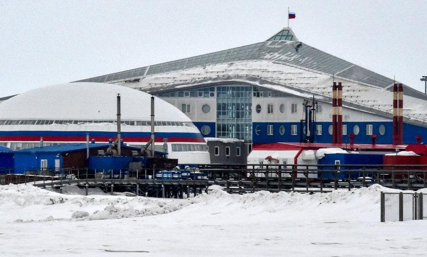 Baza lotnicza Nagurskoje została zbudowana w latach 50. i rozbudowana w 2017 r., a teraz zbroi się, czym niepokoi się NATO