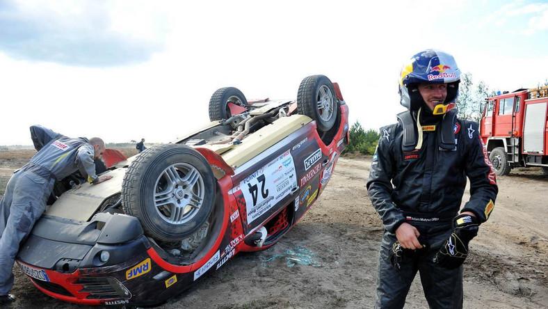 Małysz wraz z pilotem Rafałem Martonem trenował próbę szybkości. W pewnym momencie pękła opona i auto dachowało. Na szczęście skoczkowi nic się nie stało. Małysz o własnych siłach wyszedł z rajdowego porsche cayenne. Udało mu się pobić stary rekord, który wynosił 176 km/h - nowy rekord prędkości jazdy w terenie to 180 km/h
