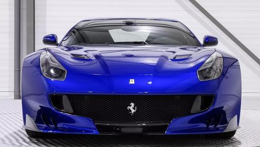 Elektryzująco niebieskie Ferrari F12dtf na sprzedaż