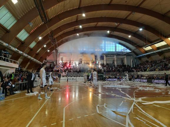 Detalj atmosfere sa početka susreta Novog Pazara i Partizana