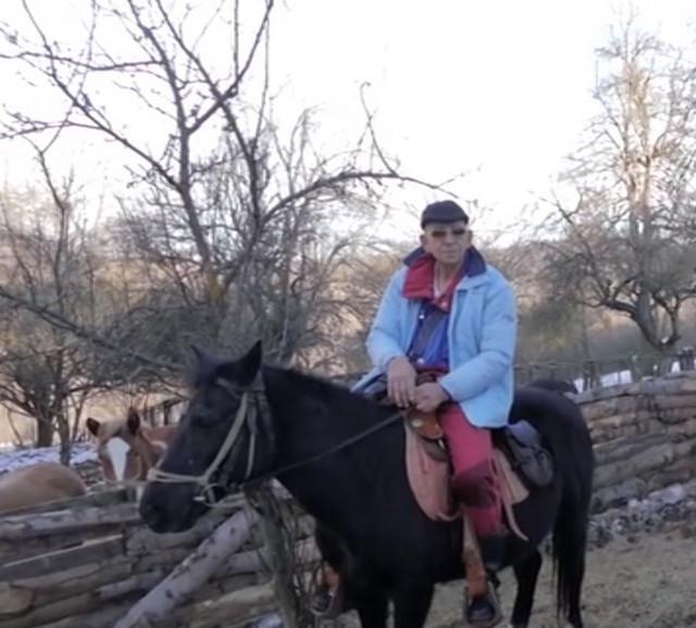 Arsen na jednom od konja iz svoje ergele