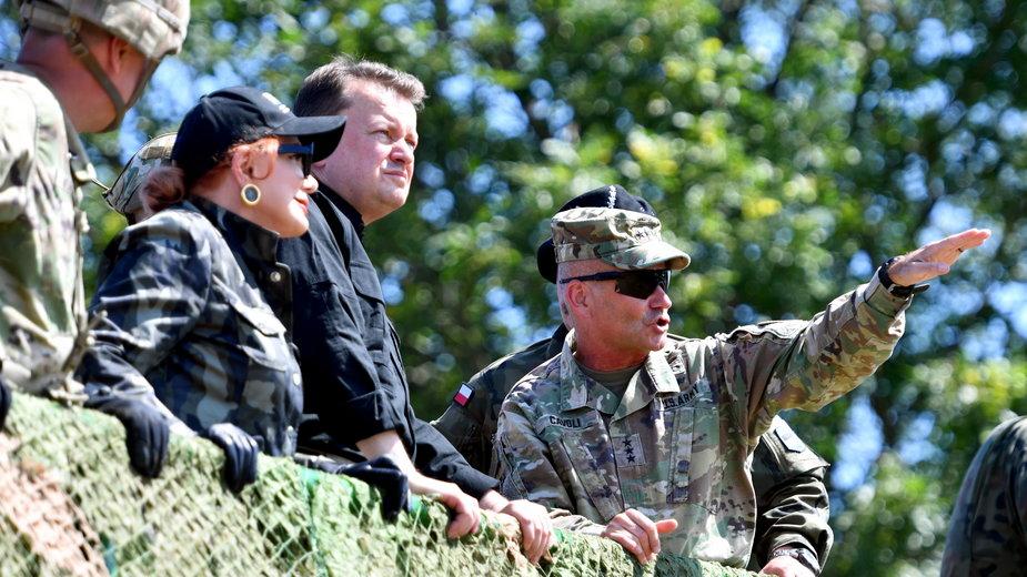 Minister obrony narodowej Mariusz Błaszczak, ambasador Stanów Zjednoczonych w Polsce Georgette Mosbacher i dowódca wojsk lądowych US Army w Europie gen. Christopher G. Cavoli
