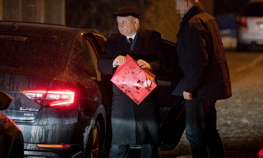 Jarosław Kaczyński z prezentem