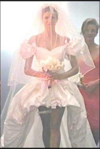 df5f29d367 A Guns N' Roses videoklipjében volt látható ez a merész esküvői ruha