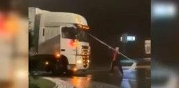 Polak wyrwał znak drogowy i rzucił się na rosyjską ciężarówkę