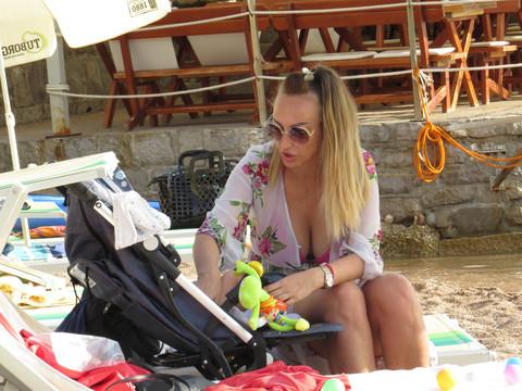 Mislila je da je niko ne gleda: A onda je Goga Sekulić pred svima OVO uradila na plaži!