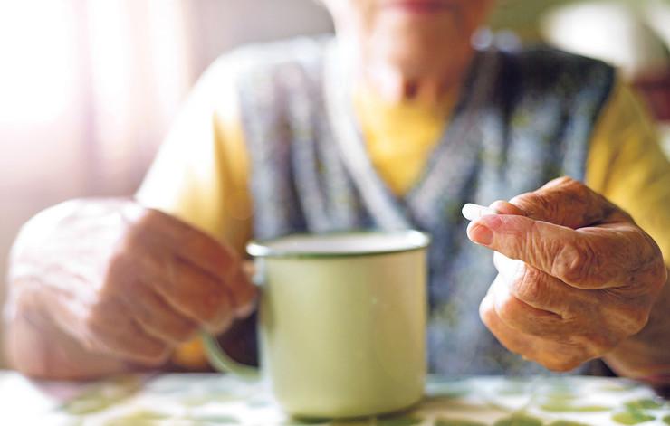 stara žena uzima pilule