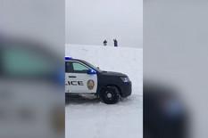 Policajci proveravaju bezbednost dece na sankanju