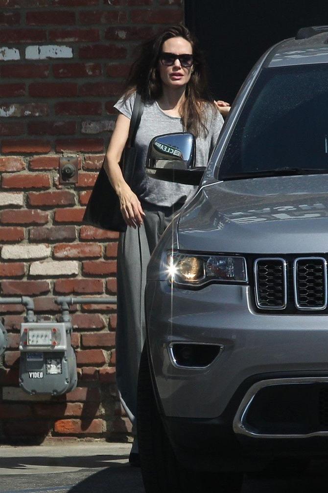 Glumica pored svog automobila
