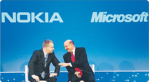 Nowy szef Nokii Stephen Elop (z lewej) nie zamierza składać broni. Ale pierwsze nowe smartfony z systemem Windows pojawią się na rynku dopiero pod koniec roku Fot. Bloomberg