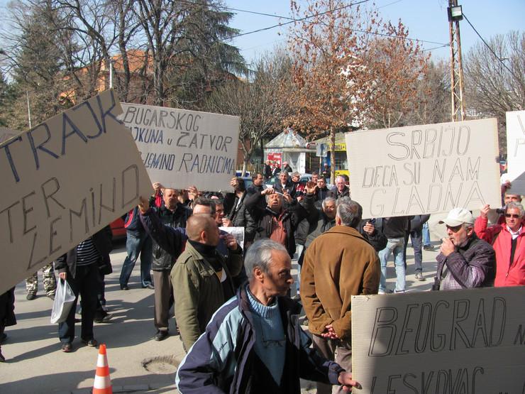 439778_leskovac01interlemindprotest-ispred-opstinefoto-m-ivanovi