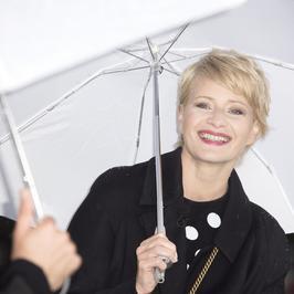 Uśmiechnięta Małgorzata Kożuchowska w deszczowym Krakowie