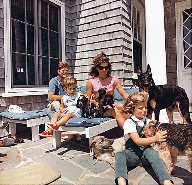 Kenedi je otvorio vrata Bele kuće irskom vučjaku, nemačkom ovčaru, velškom terijeru, francuskoj pudlici, irskom koker španijelu, ali i običnom psu bez pedigrea