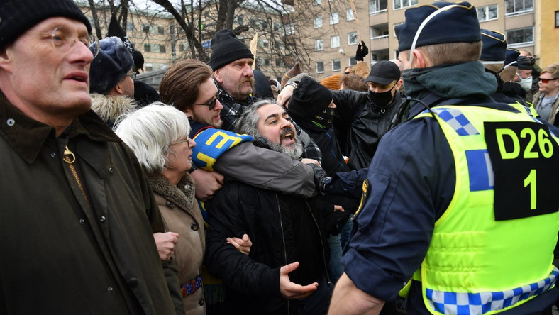 Demonstracja koronasceptyków w Szwecji