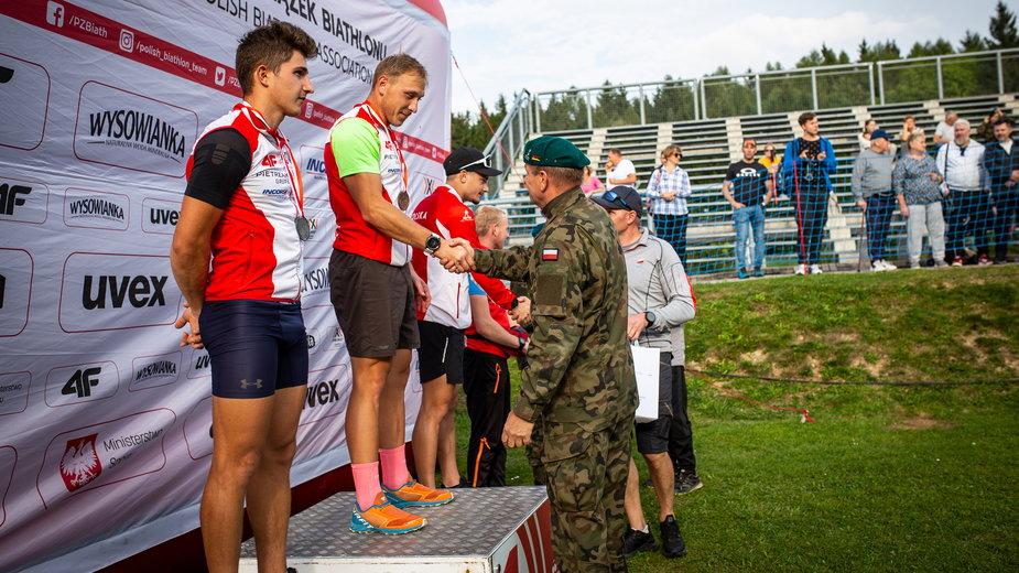 Dekoracja medalowa biegu pościgowego mężczyzn