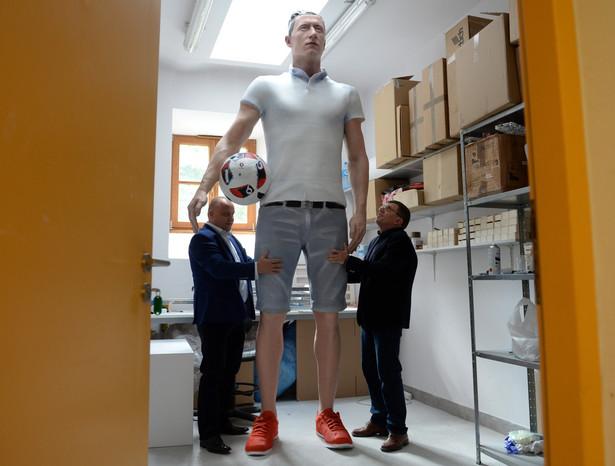 Próba bicia rekordu Guinessa w kategorii –najwyższa figura wykonana w technologii druku 3D – odbędzie się pierwszego dnia targów w Warszawie. Wydrukowana rzeźba przedstawiająca napastnika reprezentacji Polski – Roberta Lewandowskiego - ma mierzyć ok. trzech metrów. To ok. 1 metr więcej od dotychczasowego rekordzisty – mierzącej 2,05 m podobizny słynnego prezentera, Jon'a Bentley'a. fot. (pp/kru) PAP/Piotr Polak