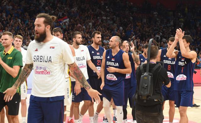 Košarkaši Srbije pozdravljaju navijače