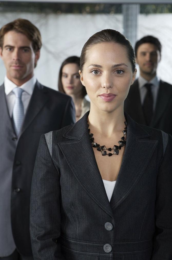 Žene najčešće stoje odmah do vrata i gledaju pravo