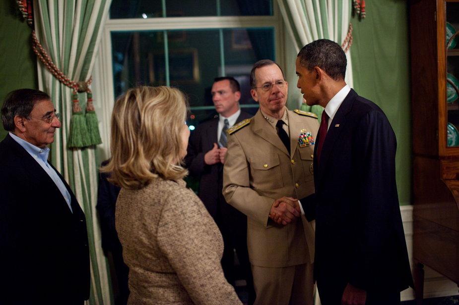Biały Dom, kilka godzin po akcji w Pakistanie, 1 maja 2011 r. Prezydent Obama przyjmuje gratulacje od adm. Mullena. Tyłem do kamery stoi Hillary Clinton, pierwszy z lewej dyrektor CIA Leon Panetta