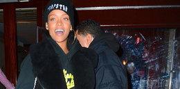 Rihanna z torebką w kształcie butelki Chanel No. 5